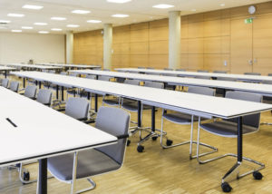 Tables pliantes pour réunions et conférences